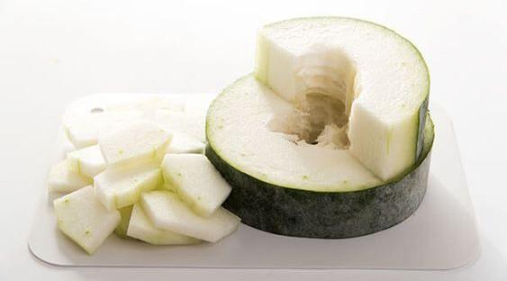 冬瓜利水,與荷葉煲水飲用,有清熱利水、消腫生津功效。