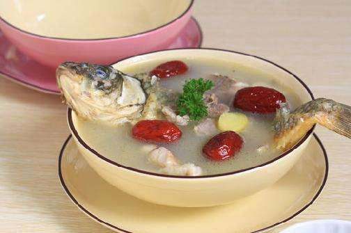 蘋果雪耳生魚湯功效:清胃腸積熱,除痰咳,潤膚。