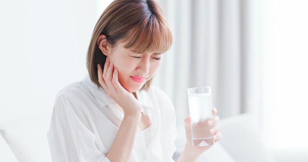 如果蛀牙範圍大,修補後補牙物料會很接近牙髓,吃喝冷、熱東西時,便容易感到酸軟。不過這些不適感覺會隨著時間而減少。