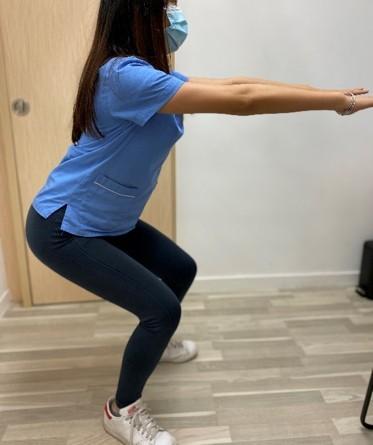 半蹲站姿,有助加強股四頭肌力量。