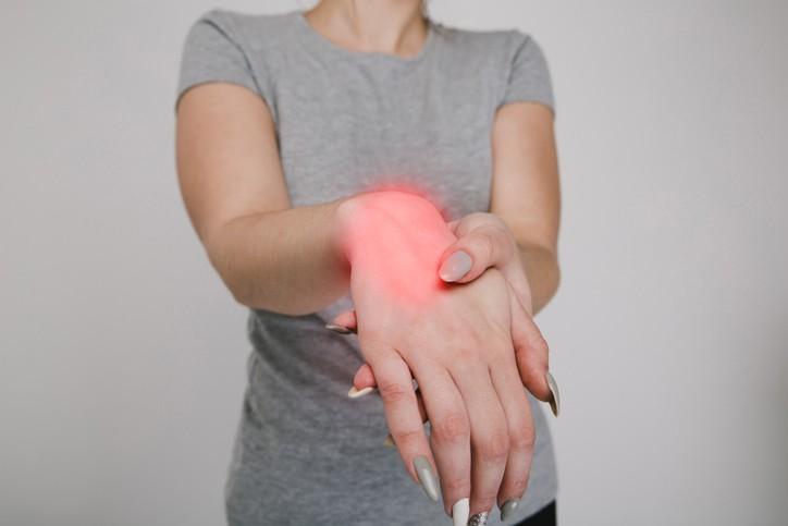當不慎跌倒時用手去支撐,8成力量會集中在橈骨關節處,因此容易造成骨折。