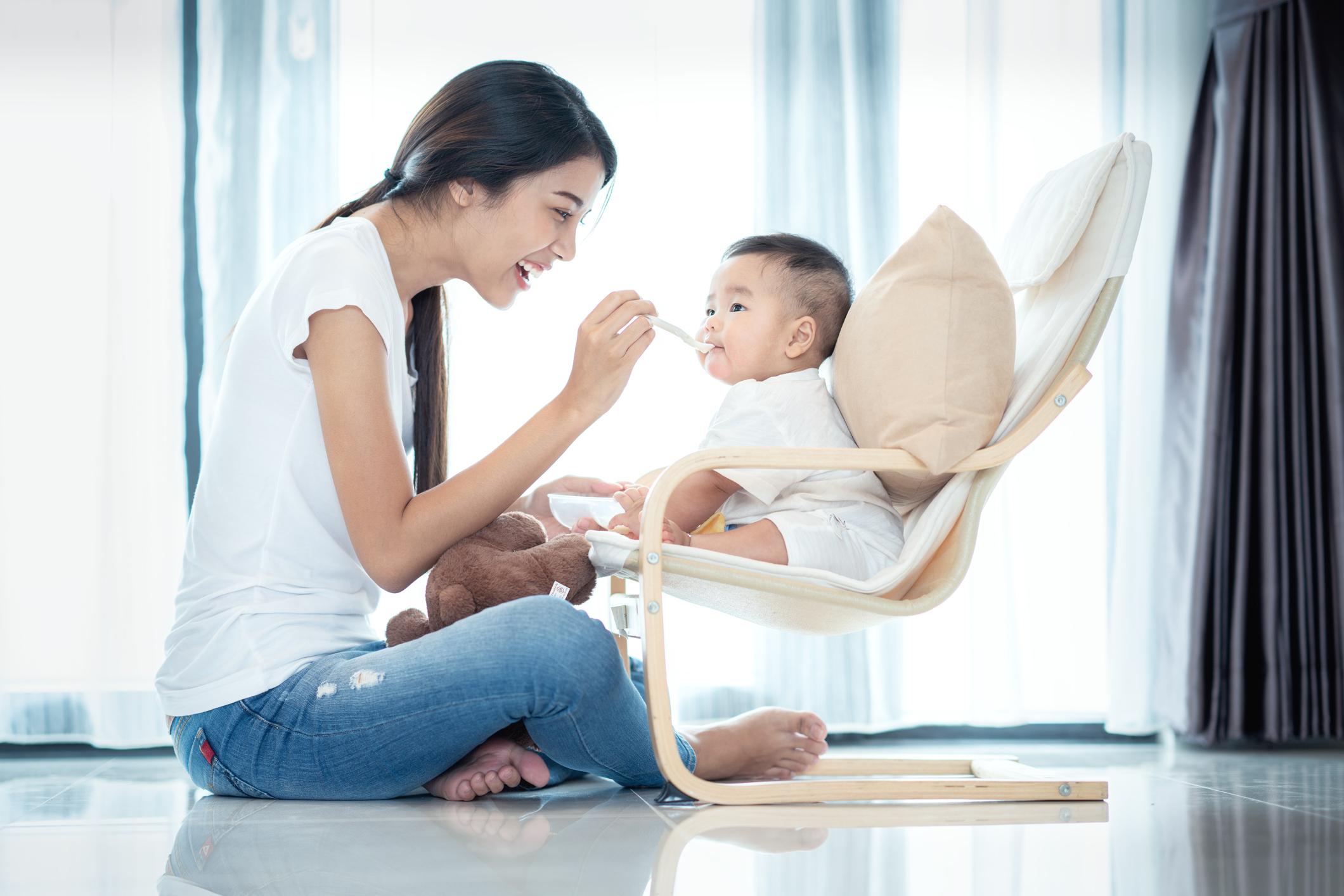 絕大多數成人都攜帶唇瘡疱疹病毒,因此不建議爸爸媽媽給新生BB嘴對嘴親吻,或幫BB咀嚼食物再給他吃。