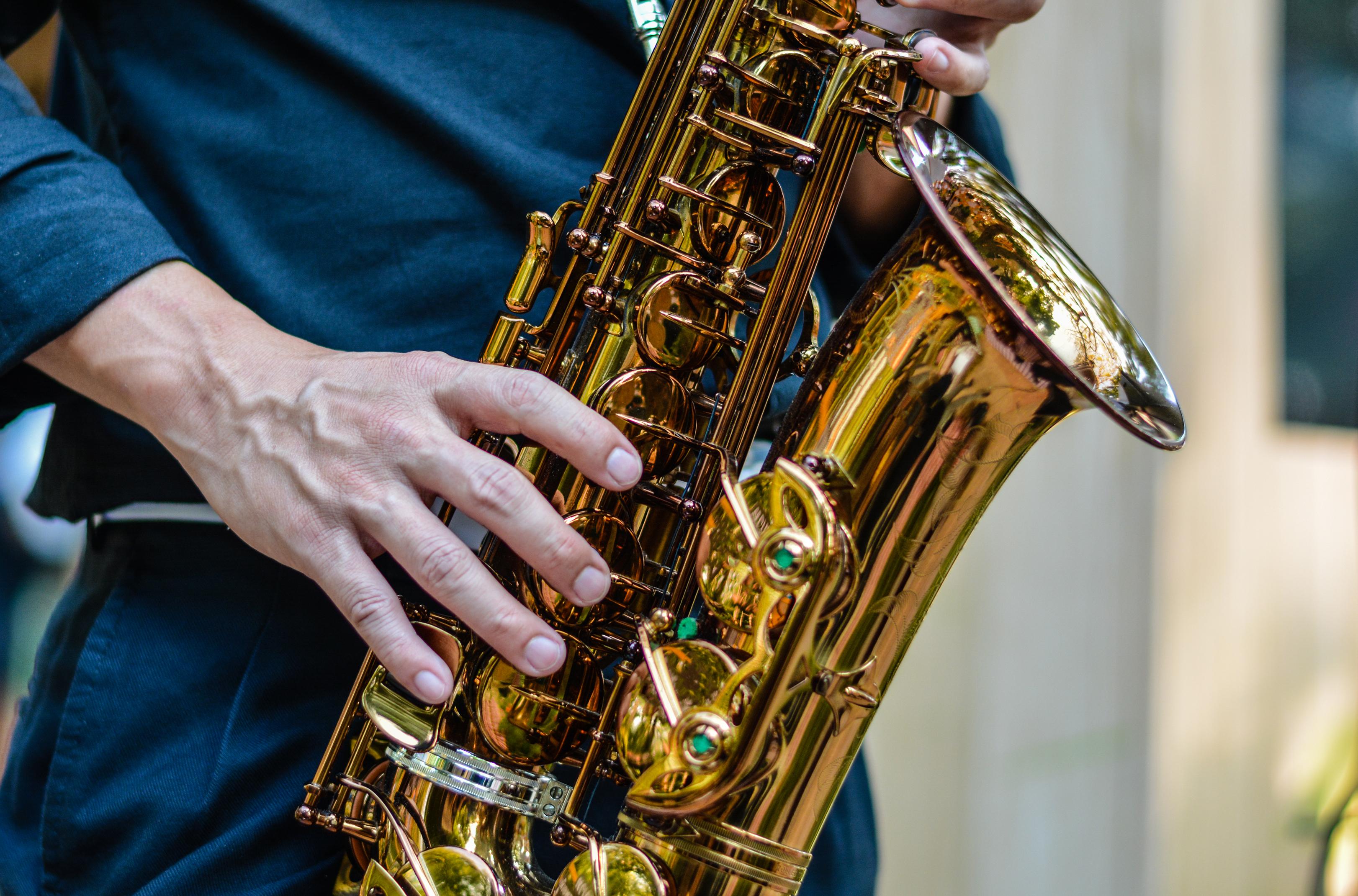 內地一名音樂老師示範吹奏薩士風時發現口角漏風,突然出現右面麻痺問題。