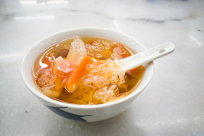 木瓜雪耳雞腳湯有健脾消食、明目、補腎養血功效。