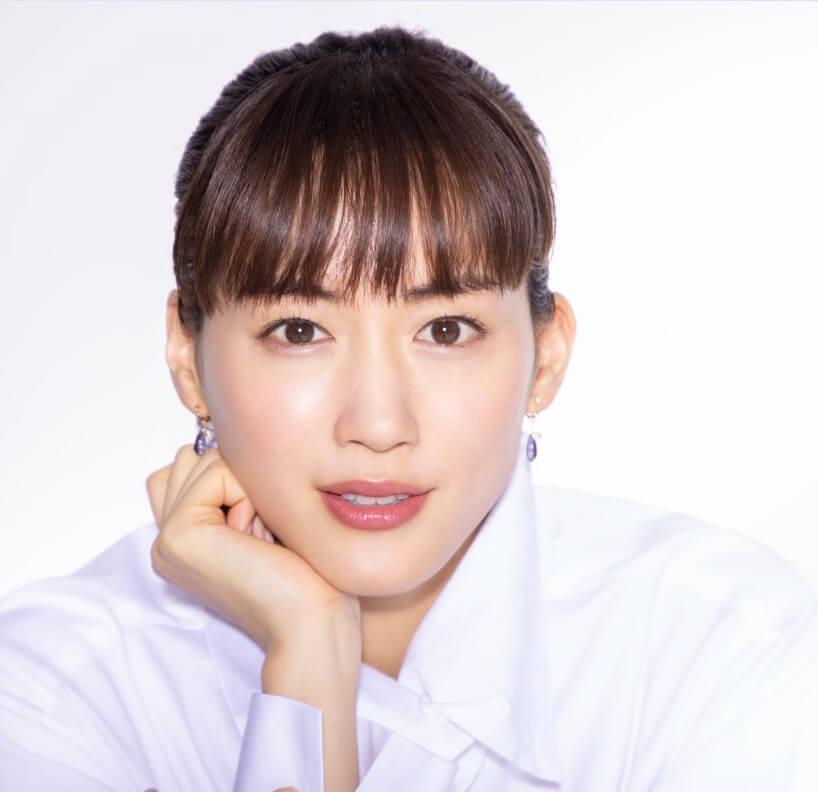 日本女星綾瀨遙於8月出現發燒症狀,8月底證實確診新冠肺炎。