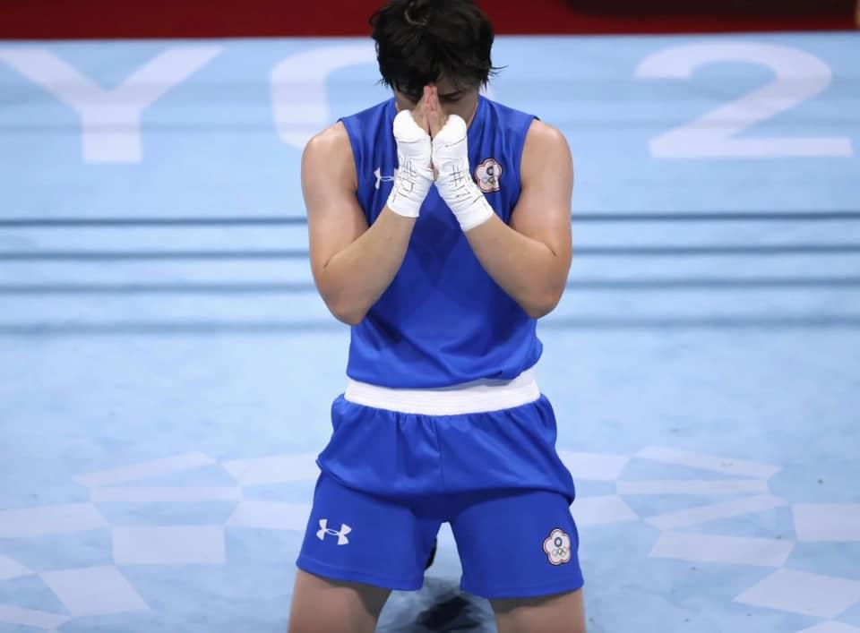 陳念琴在奧運中落敗後,雙腳跪地、雙手合十。